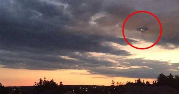 Un OVNI avec des TENTACULES a été photographié au Canada