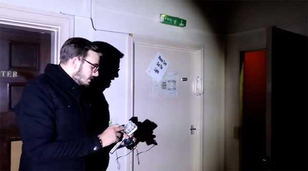 Un enquêteur du paranormal filme un fantôme dans une chapelle anglaise