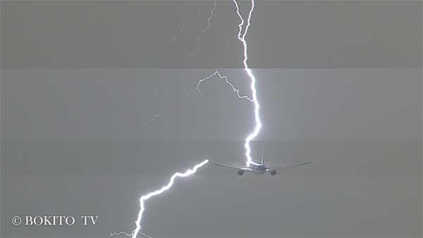 Vidéo: Un OVNI filmé au-dessus de l'aéroport d'Amsterdam avant qu'un avion ne soit frappé par la foudre