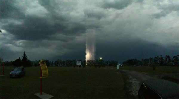 Vidéo: Un mystérieux tube lumineux apparaît dans le ciel de Feliciano en Argentine