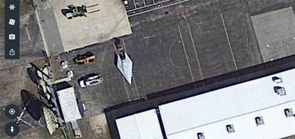 Cet Incroyable Vaisseau est stationné devant le complexe Pratt & Whitney