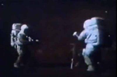 Vidéo: Une vidéo d'Apollo 15 montre qu'il y a du son dans l'espace, mais le son dans le vide est impossible !!!