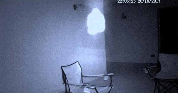 "Vidéo: Une ""orbe"" lumineuse filmée en Angleterre via une caméra de surveillance"