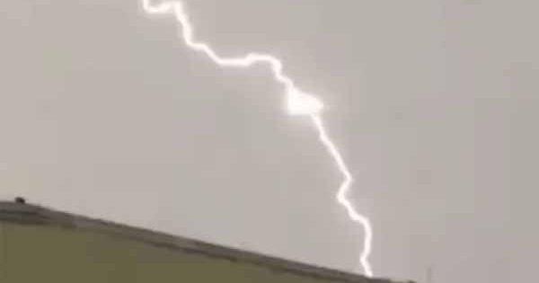 Vidéo: Un OVNI triangulaire est apparu au cours d'un orage