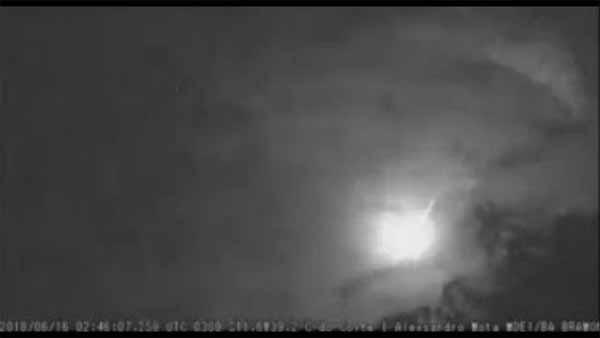 Vidéo: Une énorme météorite filmée au-dessus de Bahia, au Brésil