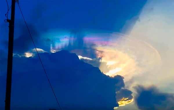 Vidéo: Un OVNI dissimulé dans un nuage au dessus de la ville de Santos aux Philippines