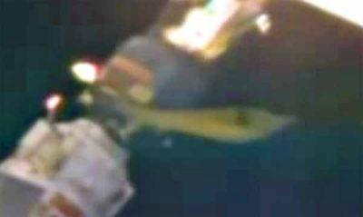 Un ovni long jaunâtre amarré à la Station Spatiale en direct via la webcam de l'ISS