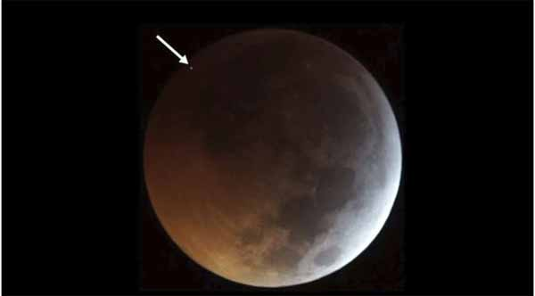 Quelque chose a percuté la surface lunaire pendant l'éclipse de Lune de Sang et les gens l'ont filmé