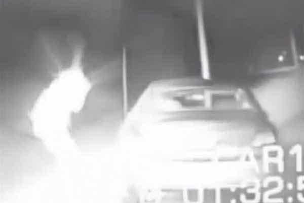 Un Policier s'est téléporté au bord d'une route dans une vidéo spectaculaire