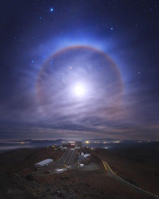 Stupéfiant halo lunaire au-dessus du désert d'Atacama au Chili
