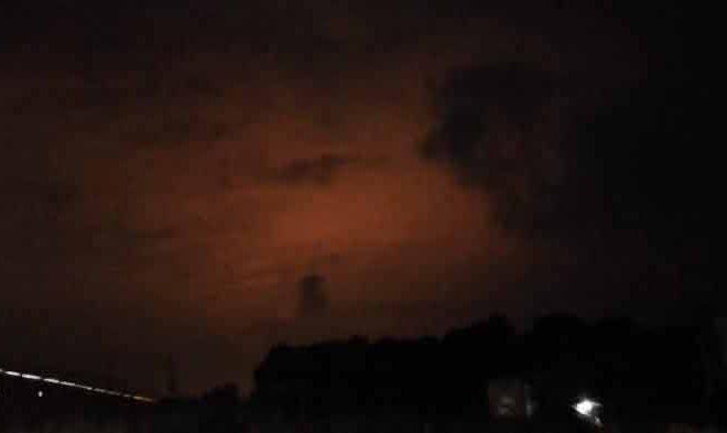 Une mystérieuse lumière rouge est apparue en Indonésie