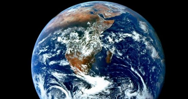 Des particules cosmiques très puissantes foncent sur la Terre actuellement mais personne ne sait trop pourquoi