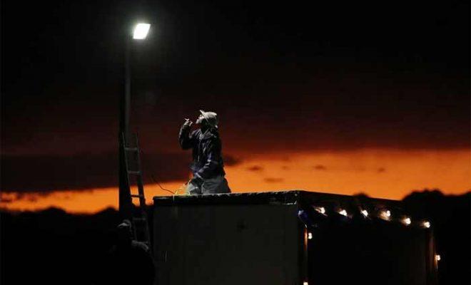 La scène est prête dans le Nevada alors que des terriens se préparent pour le raid de la Zone 51