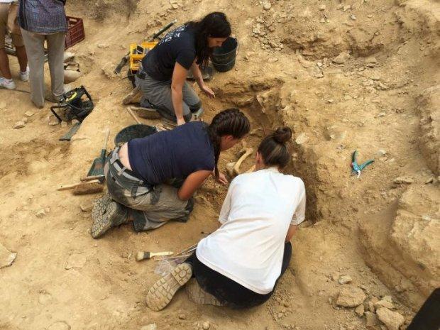 Découvertes archéologiques estivales près du rempart romain à Nîmes
